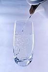 Дистиллированная вода - это чистая вода Н-2-О. Эта формула означает, что она содержит две части водорода и одну часть кислорода